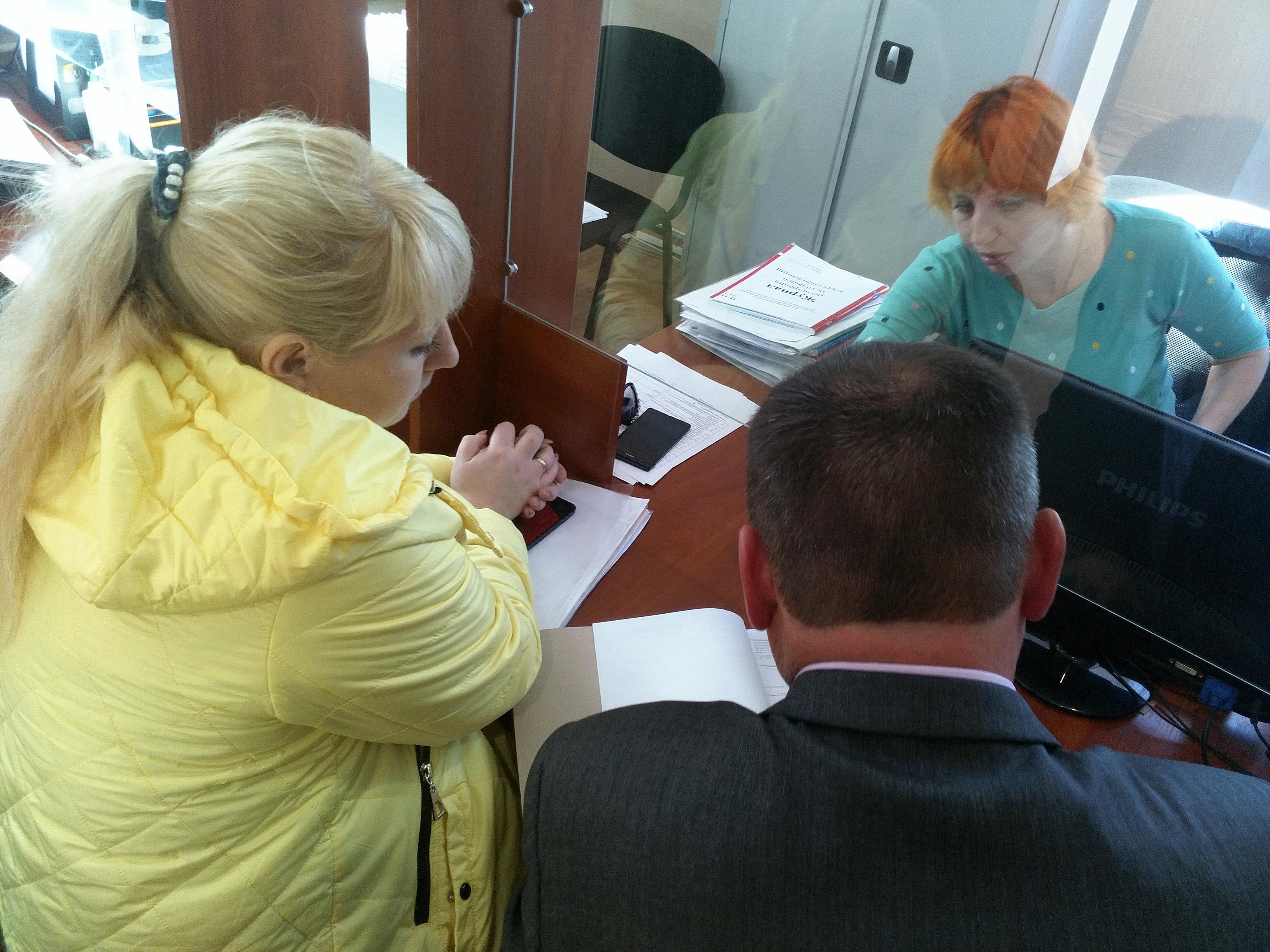 В Кировском районном отделе Госкомрегистра оформили и вручили  документы на жильё крымчанке лишившейся родительской опеки